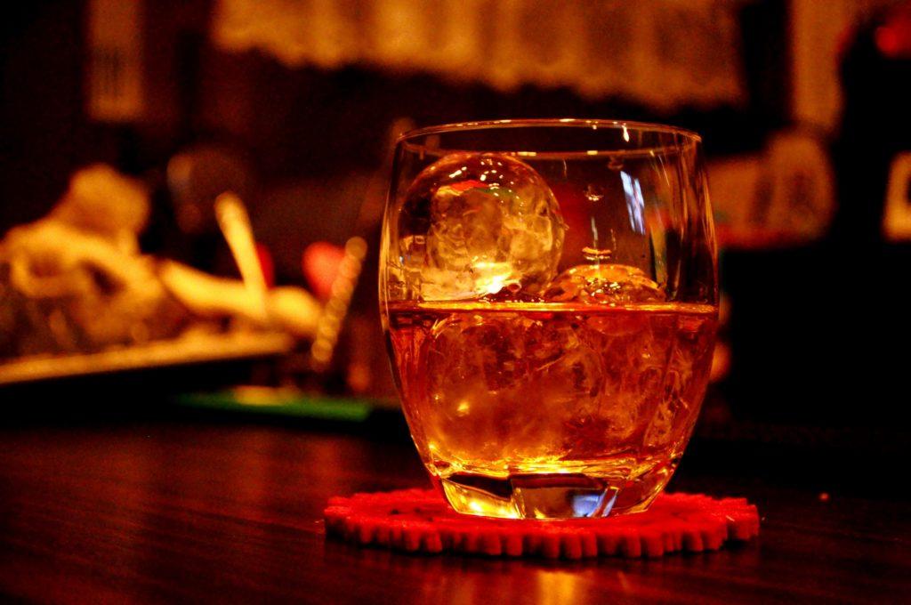 お酒の入ったロックグラス