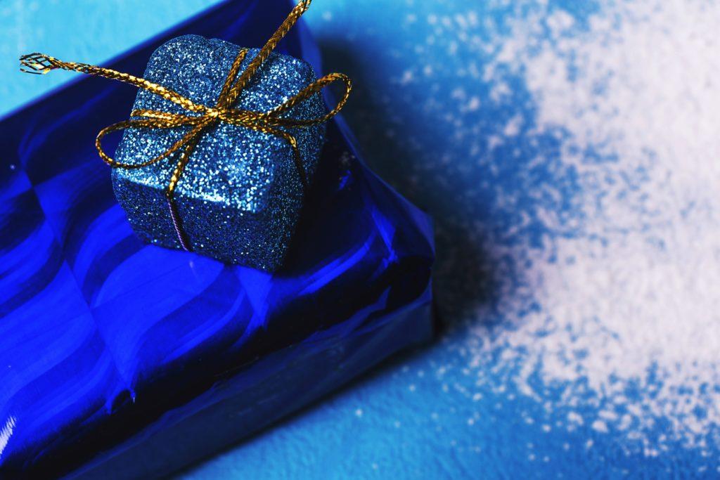 青い贈り物の箱