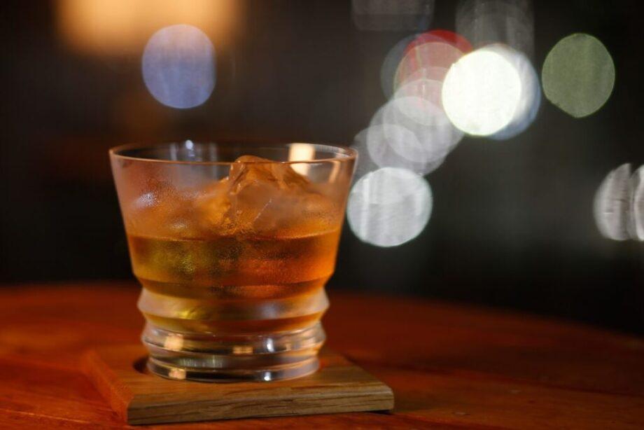 氷の入ったロックグラス