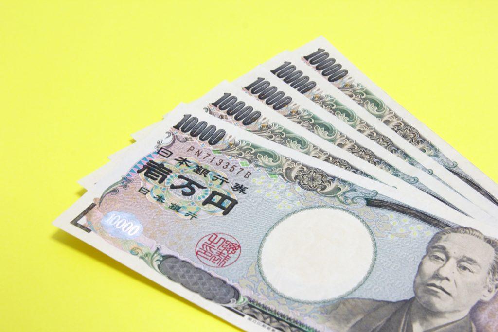 黄色の背景と5万円