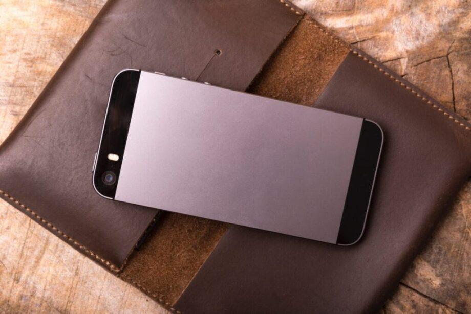 机の上の携帯電話