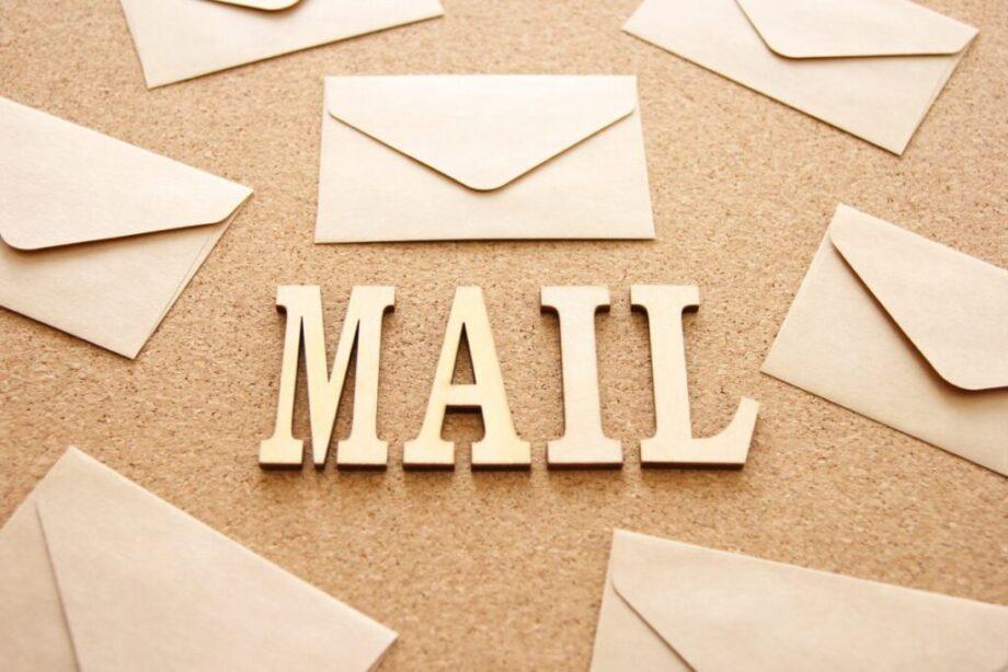 紙で作られたメールの文字