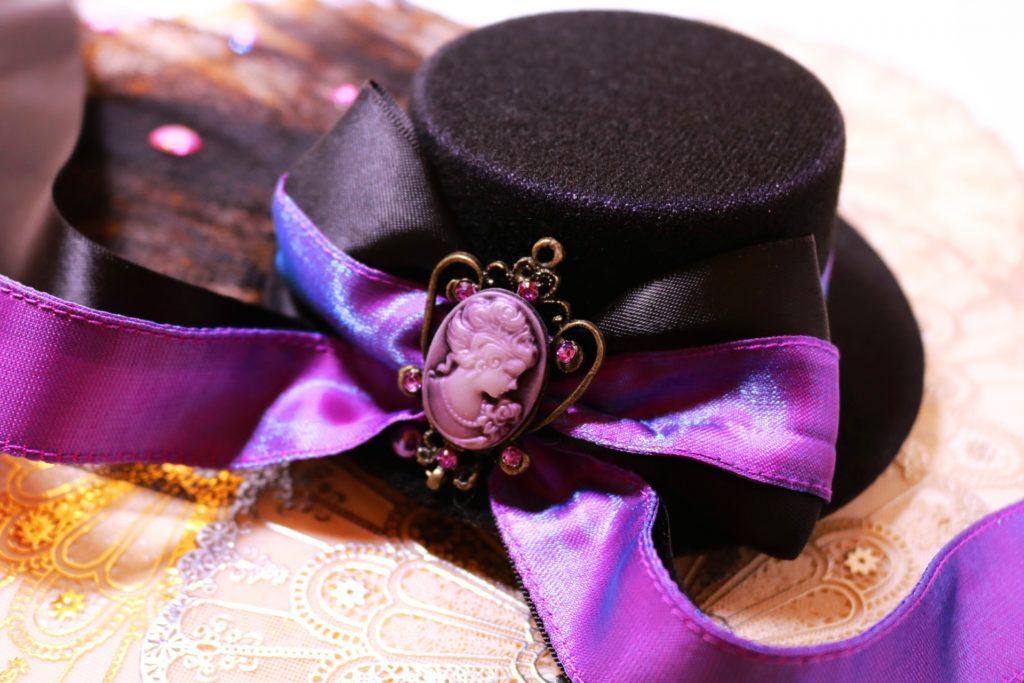 紫色の帽子