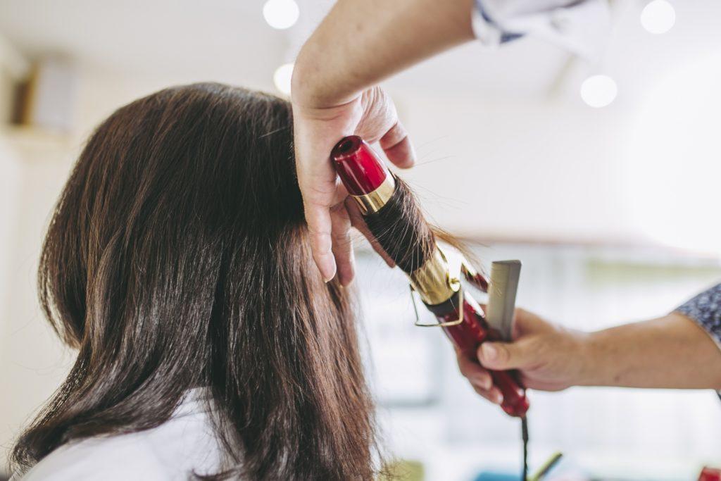髪型を整える女性