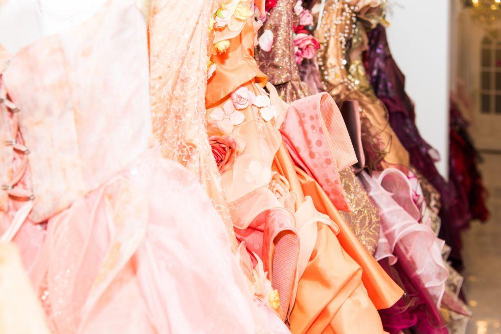 桃色のドレスたち