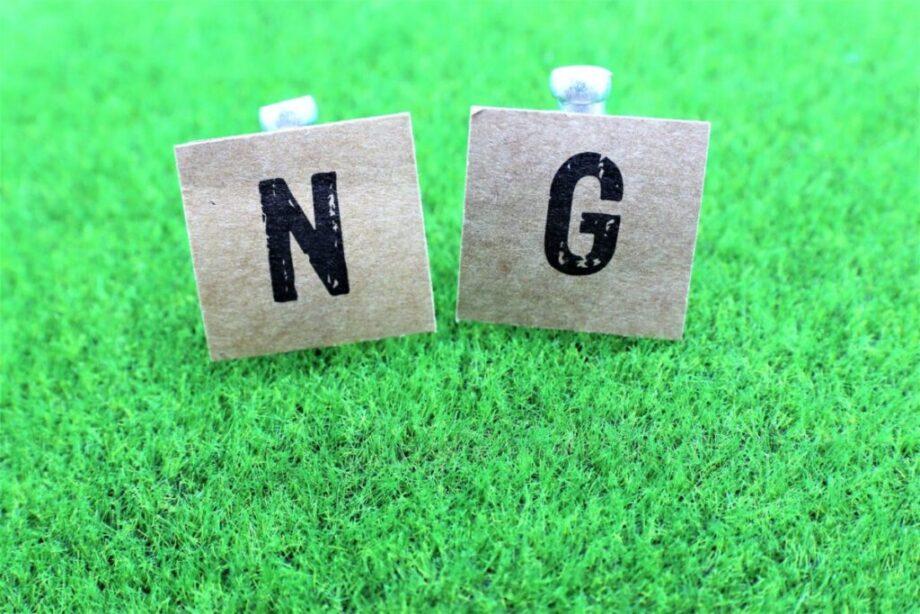 芝生に描かれたNGの文字