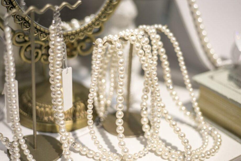沢山の真珠のネックレス