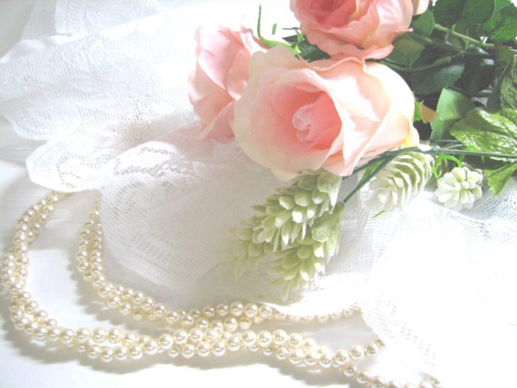 ピンクのバラと真珠