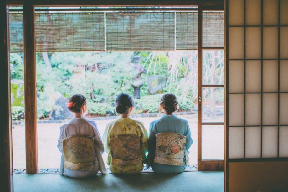 和服を着た3人の女性