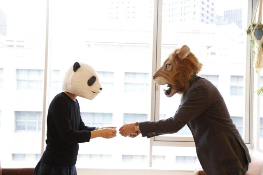 名刺を交換するパンダとライオン