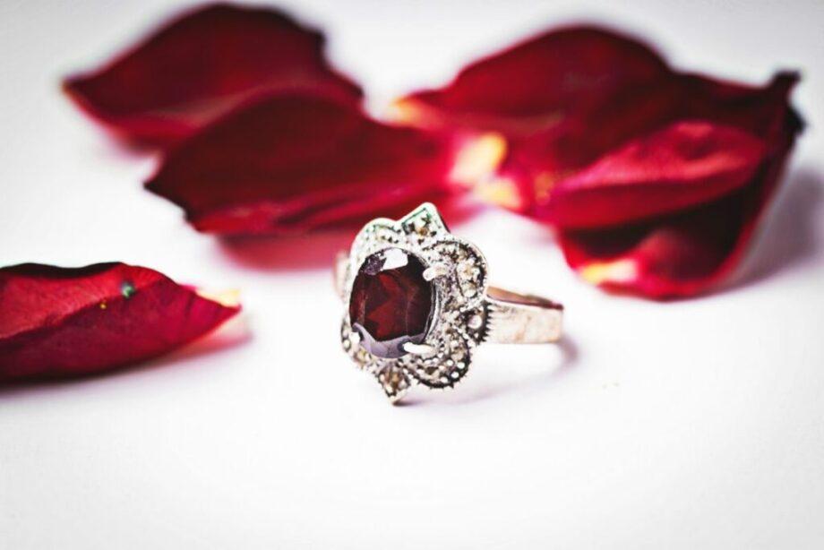 ルビーの指輪と花びら