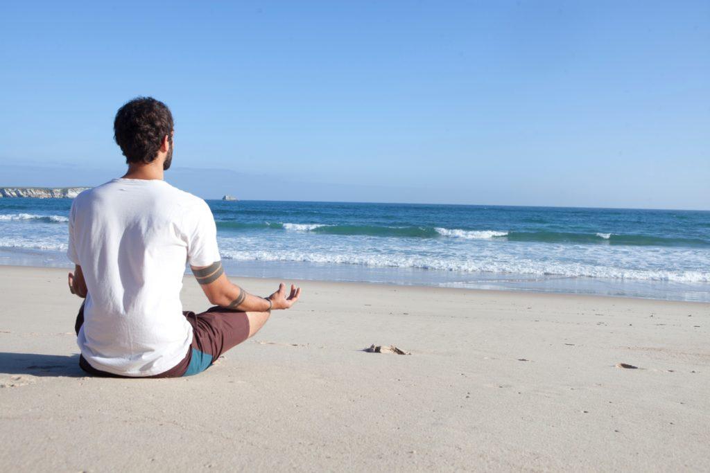 浜辺に座る男性