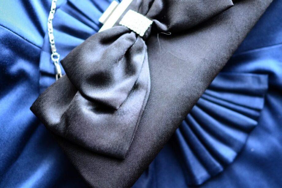 青いクラッチバッグ