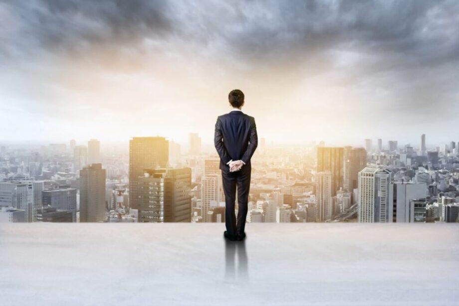 都会を眺める男性