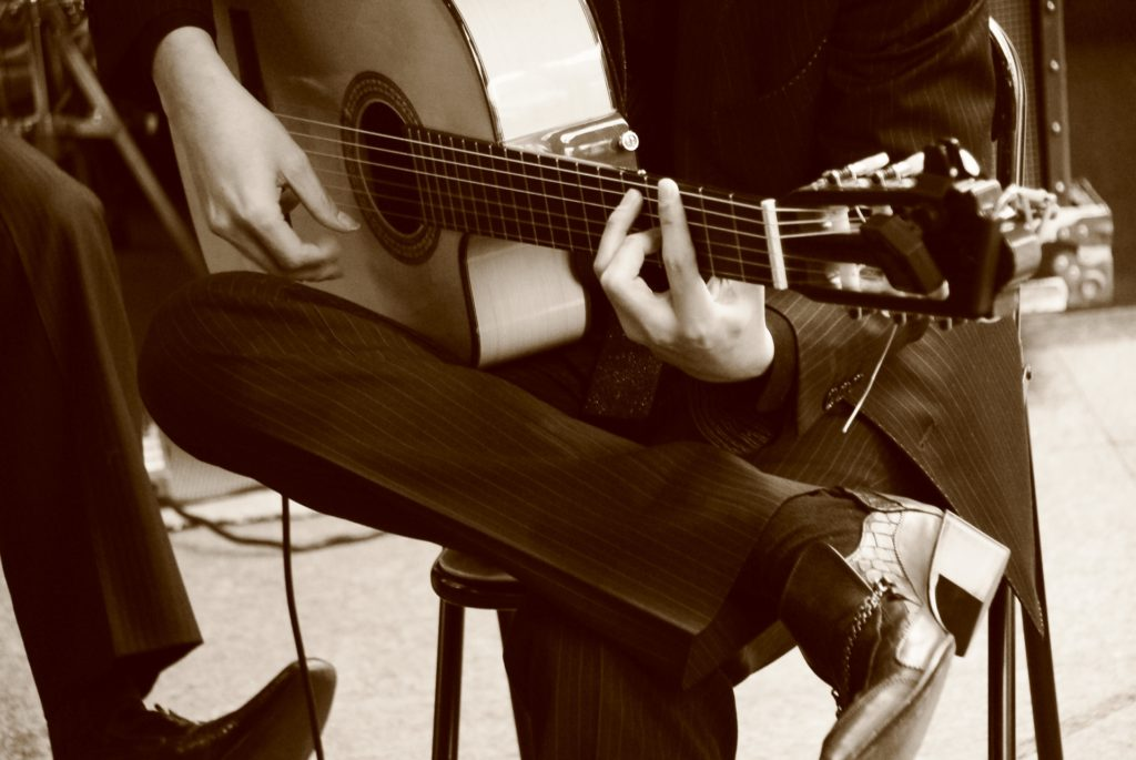 ギターを弾く男性