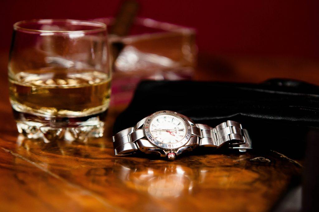 腕時計とロックグラス