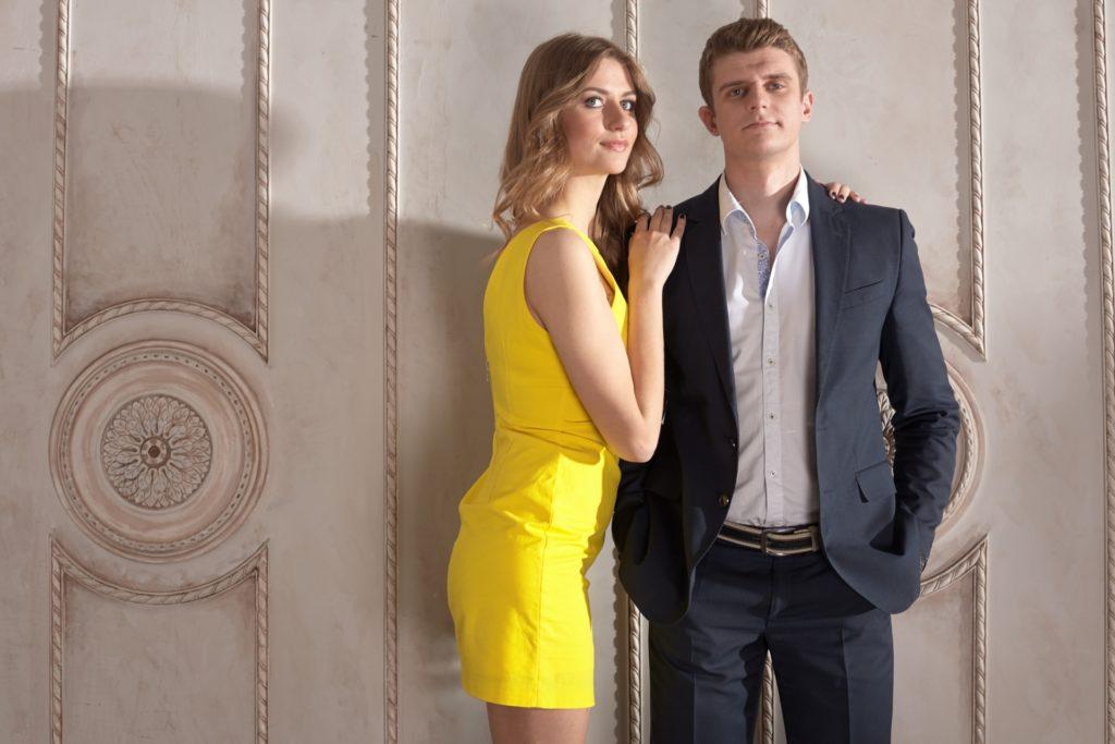 ドレスを着たカップル